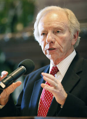 photo - OU / U.S. SEN. JOSEPH LIEBERMAN: U.S. Senator Joe Lieberman  speaks to students at the University  of Oklahoma in the Student Union, Thursday,  November 4, 2010.    Staff photo by David McDaniel/The Oklahoman  ORG XMIT: KOD