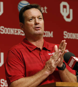 Photo - Bob Stoops prefers to keep his practices closed to the public. Photo by Steve Sisney / The Oklahoman