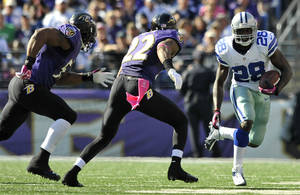 Photo -   Dallas Cowboys running back Felix Jones, right, rushes past Baltimore Ravens defenders Ray Lewis, left, and Jimmy Smith in the second half of an NFL football game in Baltimore, Sunday, Oct. 14, 2012. (AP Photo/Gail Burton)