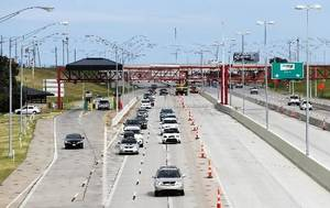 Photo - Motorists travel westbound through construction on the Kilpatrick Turnpike near Sante Fe Avenue in Oklahoma City on July 15, 2013. Photo by KT KING, The Oklahoman