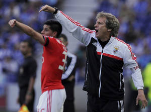 Photo - Benfica's coach Jorge Jesus, right, and Enzo Perez, from Argentina, gesture on the sidelines, during the match with FC Porto in the last round of the Portuguese League soccer match at the Dragao stadium in Porto, Portugal, Saturday, May 10, 2014. Porto won 2-1. (AP Photo/Paulo Duarte)