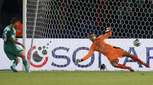 Photo - Raja Casablanca's Mohsine Moutaouali scores a goal during the semi final soccer match between Raja Casablanca and Atletico Mineiro at the Club World Cup soccer tournament in Marrakech, Morocco, Wednesday, Dec. 18, 2013. (AP Photo/Christophe Ena)