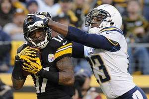 Photo - Pittsburgh Steelers wide receiver Mike Wallace (17) makes a touchdown catch past San Diego Chargers cornerback Quentin Jammer (23) in the third quarter of an NFL football game on Sunday, Dec. 9, 2012, in Pittsburgh. (AP Photo/Don Wright)