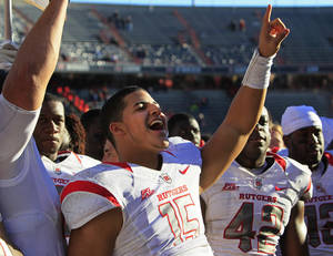 Photo -   Rutgers quarterback Gary Nova (15) acknowledges the fans after Rutgers defeated Cincinnati 10-3 in an NCAA college football game, Saturday, Nov. 17, 2012, in Cincinnati. (AP Photo/Al Behrman)