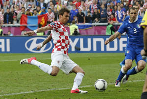 Photo -   Croatia's Mario Mandzukic scores a goal during the Euro 2012 soccer championship Group C match between Italy and Croatia in Poznan, Poland, Thursday, June 14, 2012. (AP Photo/Antonio Calanni)