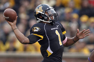 Photo - Missouri quarterback James Franklin throws a 37-yard touchdown pass to wide receiver Wes Kemp during the first quarter of an NCAA college football game against the Western Illinois Saturday, Sept. 17, 2011, in Columbia, Mo. (AP Photo/Jeff Roberson) ORG XMIT: MOJR103