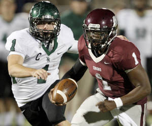 Photo - Edmond Memorial's Kameron Doolittle  runs past Norman North's Daniel Davis for touchdown during a high school football game in Edmond, Okla., Thursday, Oct. 28, 2010.  Bryan Terry, The Oklahoman