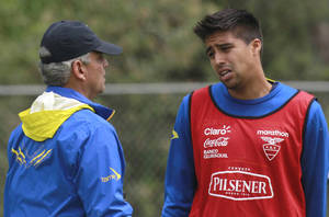 Photo - Ecuador's player Christian Noboa, right, talks with his coach Reinaldo Rueda during a training session in Quito, Ecuador, Tuesday, May 27, 2014. Ecuador will play two friendly games against Mexico and England in United States prior its participation in the World Cup in Brazil. (AP Photo/Dolores Ochoa)