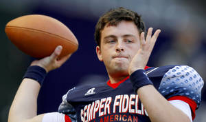 photo - Wes Lunt warms up prior to the Semper Fidelis All-American Bowl at Chase Field  in Phoenix, Ariz., Tuesday, Jan. 3, 2012. Photo by Bryan Terry, The Oklahoman