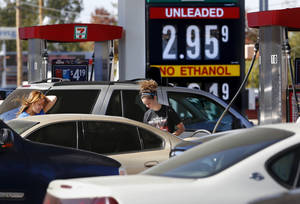 photo - Motorists crowd into a 7-Eleven near SE 15 and Midwest Boulevard in Midwest City to buy gas for less than $3 a gallon Monday. Photo by Jim Beckel, The Oklahoman