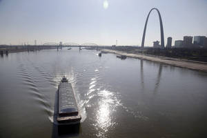 Photo -   A barge powers its way up the Mississippi River Friday, Nov. 16, 2012, in St. Louis. A top Corps of Engineers official has ordered the release of water from an upper Mississippi River reservoir in an effort to avoid closure of the river at St. Louis to barge traffic due to low water levels caused by drought. (AP Photo/Jeff Roberson)