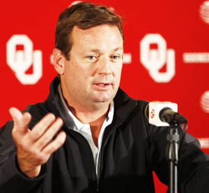 Photo - OU coach Bob Stoops was rooting for Iowa on Saturday.  Photo by Steve Sisney, The Oklahoman