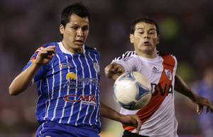 Photo -   Godoy Cruz's Leonardo G. Sigali, left, and River Plate's Rodrigo Mora, right, go for the ball during an Argentina's league soccer match in Buenos Aires, Argentina, Sunday, Oct. 7, 2012. (AP Photo/Victor R. Caivano)