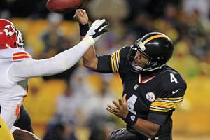 Photo -   Pittsburgh Steelers quarterback Byron Leftwich (4) has his hand hit by Kansas City Chiefs outside linebacker Tamba Hali, left, as he throws in the third quarter of an NFL football game in Pittsburgh, Monday, Nov. 12, 2012. The Chiefs recovered the ball and went in for an apparent score, but it was overturned and the play was called an incomplete forward pass. (AP Photo/Gene J. Puskar)
