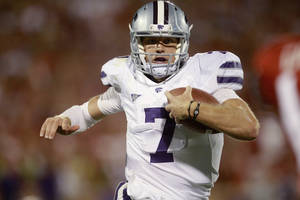 photo -   Kansas State quarterback Collin Klein carries for a touchdown against Oklahoma in the fourth quarter of an NCAA college football game in Norman, Okla., Saturday, Sept. 22, 2012. Kansas State won 24-19. (AP Photo/Sue Ogrocki)