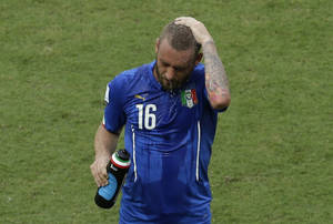 Photo - Italy's Daniele De Rossi cools himself during the group D World Cup soccer match between Italy and Costa Rica at the Arena Pernambuco in Recife, Brazil, Friday, June 20, 2014.  (AP Photo/Hassan Ammar)