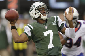 Photo - New York Jets quarterback Geno Smith (7) throws a pass to Stephen Hill  during the first half of an NFL football game against the Buffalo Bills Sunday, Sept. 22, 2013, in East Rutherford, N.J. (AP Photo/Seth Wenig)