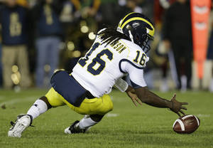 photo -   Michigan's Denard Robinson (16) recovers a fumble during the first half of an NCAA college football game against Notre Dame Saturday, Sept. 22, 2012, in South Bend, Ind. (AP Photo/Darron Cummings)