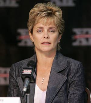 Photo - Baylor University women's college basketball coach Kim Mulkey talks with the media during the Big 12 Women's Basketball Media Day at the Cox Convention Center in Oklahoma City,  October 18, 2006. Oklahoman Photo By  Steve Gooch   ORG XMIT: KOD