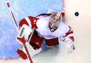 photo - Detroit Red Wings goalie Jimmy Howard looks up at the puck during the first period of an NHL hockey game against the Los Angeles Kings, Wednesday, Feb. 27, 2013, in Los Angeles.  (AP Photo/Mark J. Terrill)