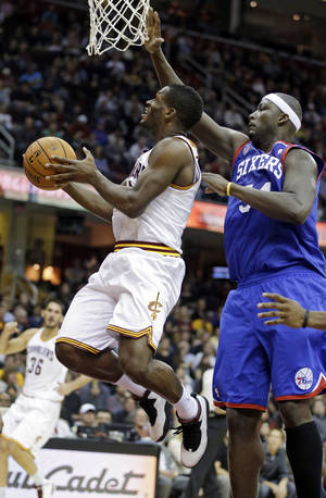 Photo -   Cleveland Cavaliers' Jeremy Pargo, left, goes inside Philadelphia 76ers' Kwame Brown for a shot in the second quarter of an NBA basketball game Wednesday, Nov. 21, 2012, in Cleveland. (AP Photo/Mark Duncan)