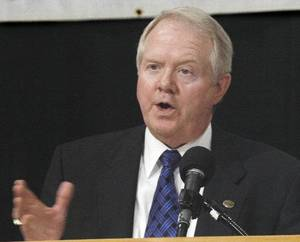 Photo - Archie Dunham, Chesapeake Energy Corp.'s new chairman, spoke at Oklahoma State University's Executive Management Briefing in Oklahoma City in 2004. <strong>David McDaniel - The Oklahoman archives</strong>