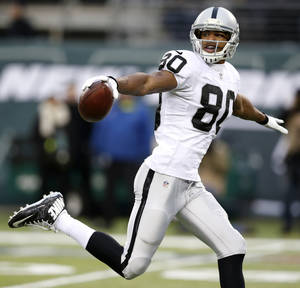 Photo - Oakland Raiders wide receiver Rod Streater gestures while scoring on a touchdown catch on a pass from quarterback Matt McGloin during the second half of an NFL football game against the New York Jets, Sunday, Dec. 8, 2013, in East Rutherford, N.J. (AP Photo/Kathy Willens)