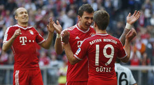 Photo - Bayern's Mario Mandzukic of Croatia, center, celebrates with team mate Mario Goetze after scoring his side's third goal during the German first division Bundesliga soccer match between FC Bayern Munich and FSV Mainz 05, in Munich, southern Germany, Saturday, Oct. 19, 2013. (AP Photo/Matthias Schrader)