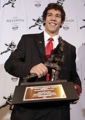 Photo - OU beat writer Jake Trotter predicts that Sam Bradford will become the second college player in history to win the Heisman Trophy twice. (AP Photo)