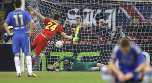 photo - Chelsea's Petr Cech, fails to save a penalty shot by Steaua Bucharest's Raul Rusescu during their Europa League round of 16 first leg soccer match at the National Arena stadium in Bucharest, Romania, Thursday, March 7, 2013. (AP Photo/Vadim Ghirda)