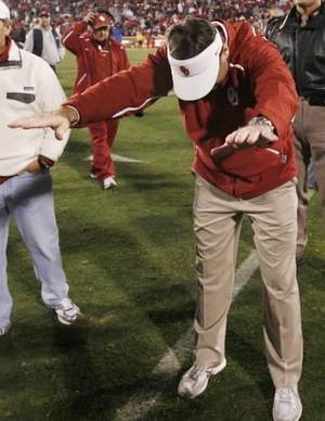 photo - OU head coach Bob Stoops bows down to the fans after the college football game between the University of Oklahoma Sooners and Texas Tech University at Gaylord Family -- Oklahoma Memorial Stadium in Norman, Okla., Saturday, Nov. 22, 2008. OU won, 65-21. BY NATE BILLINGS, THE OKLAHOMAN