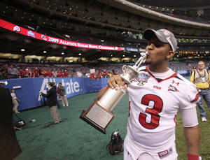 Photo - Utah quarterback Brian Johnson kisses his Sugar Bowl MVP trophy after the Sugar Bowl in New Orleans, on Saturday, Jan. 3, 2009.  Utah defeated Alabama 31-17. AP PHOTO