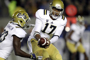 Photo -   UCLA quarterback Brett Hundley (17) handoff to running back Johnathan Franklin (23) against California during the first half of an NCAA college football game in Berkeley, Calif., Saturday, Oct. 6, 2012. (AP Photo/Tony Avelar)