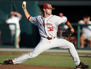 Photo - UNIVERSITY OF OKLAHOMA / COLLEGE BASEBALL: OU's Zach Neal (32) pitches during the NCAA regional baseball game between Oklahoma and North Carolina at L. Dale Mitchell Park in Norman, Okla., Saturday, June 5, 2010. Photo by Nate Billings, The Oklahoman ORG XMIT: KOD