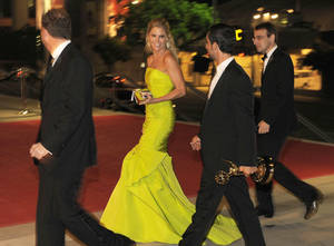 "Photo -   Julie Bowen, center, winner of the award for outstanding supporting actress in a comedy series for ""Modern Family,"" arrives at the 64th Primetime Emmy Awards Governors Ball on Sunday, Sept. 23, 2012, in Los Angeles. (Photo by Chris Pizzello/Invision/AP)"