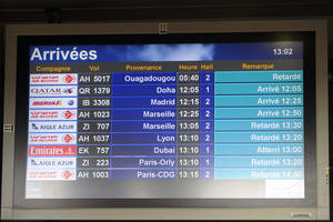"""Photo - An arrival information screen shows the delayed Air Algerie flight 5017 (top) at the Houari Boumediene airport near Algiers, Algeria, Thursday, July 24, 2014. An Air Algerie flight carrying 116 people from Burkina Faso to Algeria's capital disappeared from radar early Thursday over northern Mali and """"probably crashed"""" according to the plane's owner and government officials in France and Burkina Faso. (AP Photo/Sidali Djarboub)"""