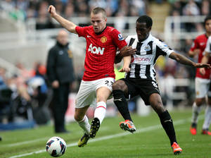 photo -   Manchester United&#039;s Tom Cleverley, left, vies for the ball with Newcastle United&#039;s Vurnon Anita, right, during their English Premier League soccer match at the Sports Direct Arena, Newcastle, England, Sunday, Oct. 7, 2012. (AP Photo/Scott Heppell)  