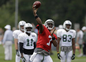 Photo - New York Jets quarterback Geno Smith participates in a practice in Florham Park, N.J., Monday, Aug. 19, 2013.  (AP Photo/Seth Wenig)