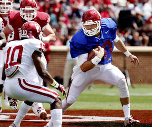 Photo - OU / UNIVERSITY OF OKLAHOMA / COLLEGE FOOTBALL: Quarterback Blake Bell runs during the annual Spring Football Game at Gaylord Family-Oklahoma Memorial Stadium in Norman, Okla., on Saturday, April 13, 2013. Photo by Steve Sisney, The Oklahoman