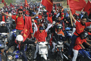 photo -   Factory workers take part in a protest in Cikarang, West Java, Indonesia, Wednesday, Oct. 3, 2012. Indonesian unions said more than 2 million factory workers have gone on a one-day strike across the country to call for higher wages and protest the hiring of contract workers. (AP Photo)