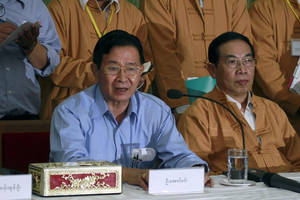 photo -   Myanmar's Railway Minister and negotiator Aung Min, left, talks to journalists during a press conference with members of the Shan State Army (SSA) in Kengtung, Golden Triangle Region, near the Thai border, in eastern Shan State, Myanmar, Saturday, May 19, 2012. The Myanmar negotiator said ethnic Shan rebels have agreed in a second round of talks that there will be no more fighting between the guerrillas and government troops. (AP Photo/Khin Maung Win)