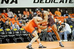 Photo - At 184 pounds, Oklahoma State's Chris Perry won by decision over Oklahoma's Erich Schmidtke. KT King/For the Tulsa World