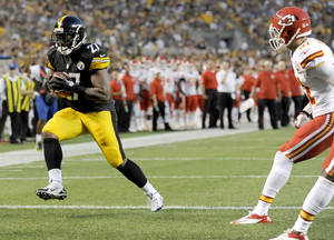Photo - Pittsburgh Steelers running back Jonathan Dwyer (27) runs past Kansas City Chiefs free safety Tysyn Hartman (31) after making a catch, scoring a touchdown in the first quarter of an NFL preseason football game Saturday, Aug. 24, 2013, in Pittsburgh. (AP Photo/Don Wright)