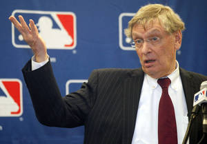 Photo -   Major League Baseball Commissioner Bud Selig talks to reporters after a meeting with owners, Thursday, Nov. 15, 2012, in Chicago. (AP Photo/Charles Rex Arbogast)