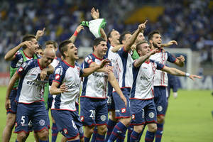 Photo - Argentina's San Lorenzo players, celebrate their victory over Brazil's Cruzeiro during a Copa Libertadores soccer match in Belo Horizonte, Brazil, Wednesday, May 14, 2014. (AP Photo/Eugenio Savio)
