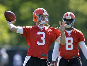 Photo -   Cleveland Browns quarterback Brandon Weeden (3) passes as tryout quarterback Darron Thomas (8) watches during practice at the NFL football team's rookie camp in Berea, Ohio Friday, May 11, 2012. (AP Photo/Mark Duncan)