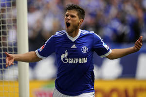 Photo - Schalkes Klaas-Jan Huntelaar celebrates after scoring during the German first division Bundesliga soccer match between FC Schalke 04 and Hamburger SV in Gelsenkirchen, Germany, Sunday, Aug. 11, 2013. (AP Photo/dpa, Marius Becker)