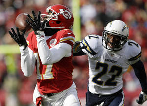 Photo - Kansas City Chiefs wide receiver Donnie Avery (17) catches a pass while covered by San Diego Chargers cornerback Derek Cox (22) during the first half of an NFL football game at Arrowhead Stadium in Kansas City, Mo., Sunday, Nov. 24, 2013. (AP Photo/Charlie Riedel)