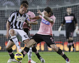 Photo -   Palermo's Edgar Barreto, right, of Paraguay, challenges for the ball with Siena's Ze Eduardo, of Brazil, during an Italian Serie A soccer match between Siena and Palermo, in Siena, Italy, Saturday Oct. 27, 2012. (AP Photo/Paolo Lazzeroni)