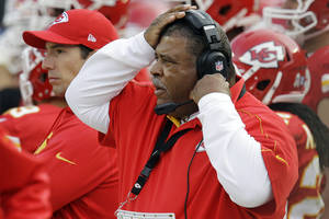 photo -   Kansas City Chiefs coach Romeo Crennel watches during the second half of an NFL football game against the Cincinnati Bengals, Sunday, Nov. 18, 2012, in Kansas City, Mo. (AP Photo/Chris Ochsner)